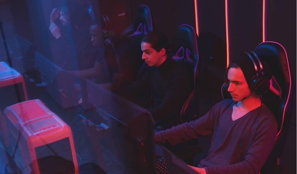 grupo-de-gamers-altos-jugando-videojuegos