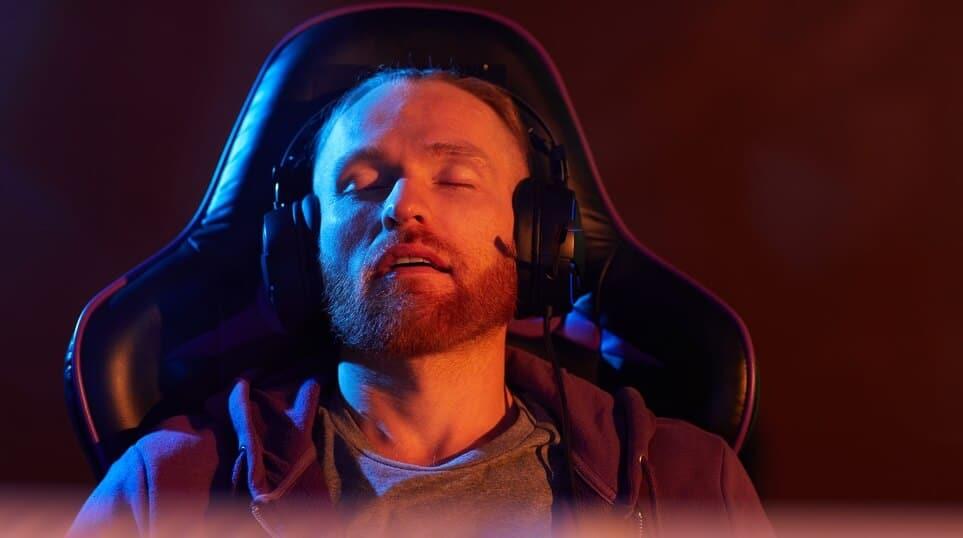 Jugador-gamer-durmiendo-en-su-silla-de-gaming