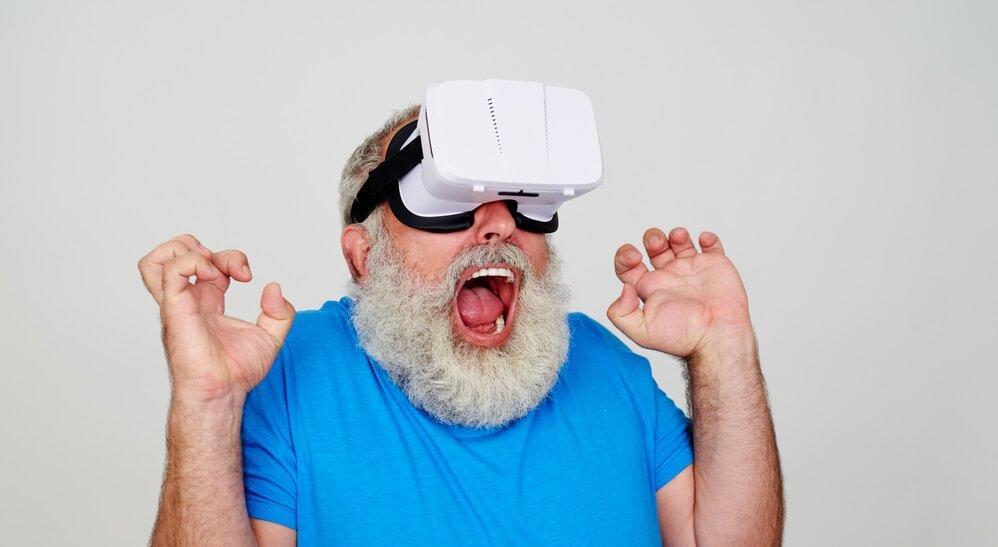 hombre-mayor-jugando-con-gafas-vr