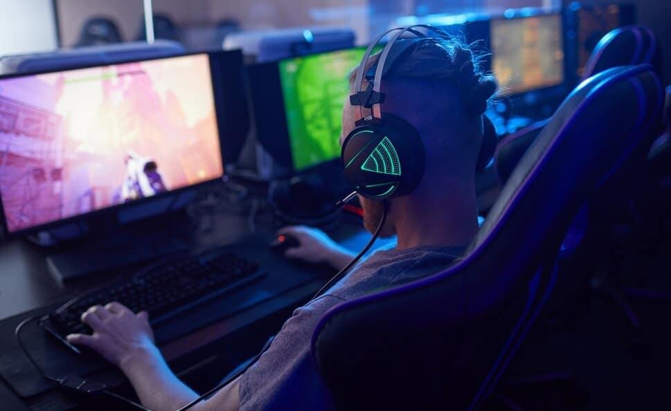 chico-sentado-en-mesa-gamers-consejos-a-la-hora-de-elegir